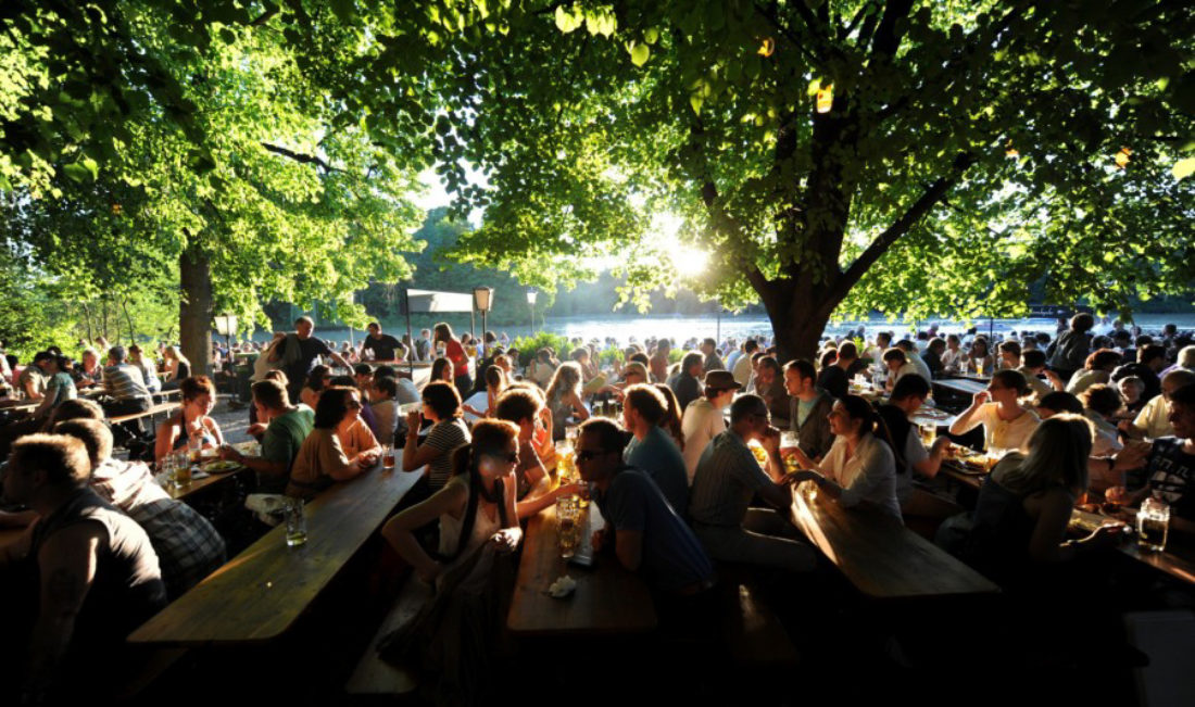 Biergarten studenten reis Oktoberfest Manchen bier biertafels zon